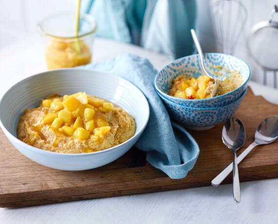 Frucht-Mandel-Porridge mit Pfirsich-Mango-Grütze
