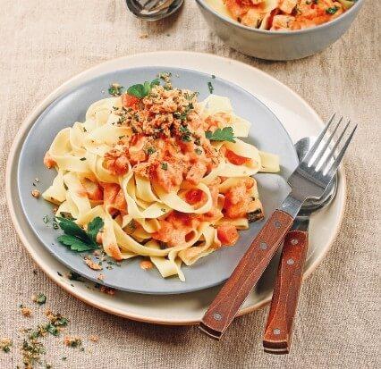 Tagliatelle mit cremiger Frischkäse-Tomaten-Sauce und Kräuterknusper