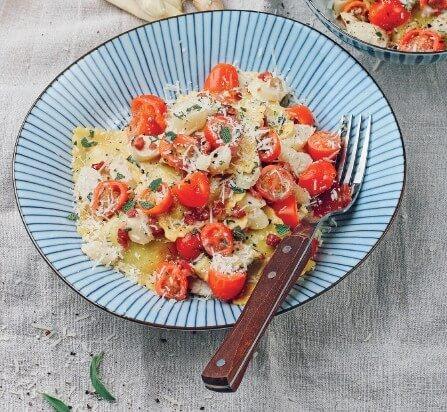 Pasta mit Spargel, Speck-Sahne-Sauce und Parmesan