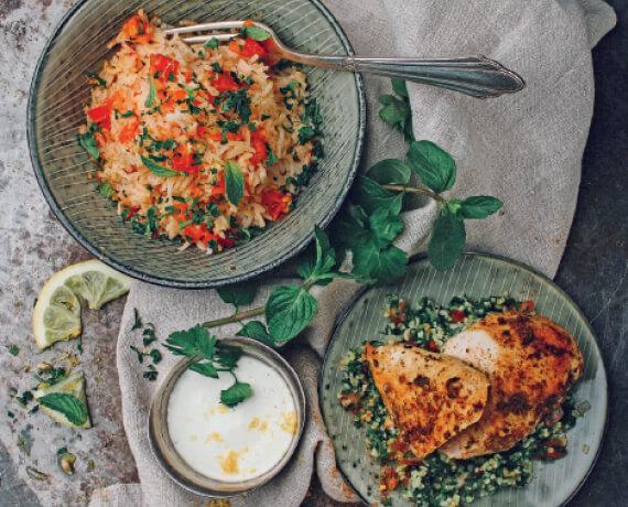 Gebratene Hähnchenbrust mit Tomatenreis, Tabouleh und Zitronenjoghurt