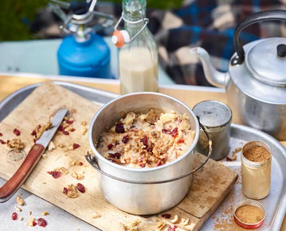 Apfel-Porridge mit Walnüssen und Cranberries