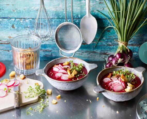 Rote-Bete-Suppe mit Radieschen, Croutons und Kresse