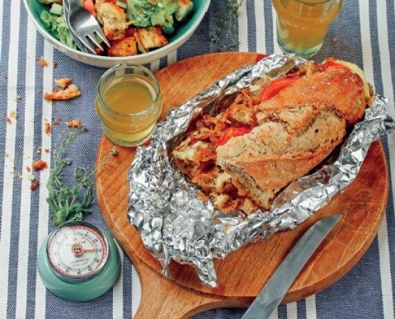 Zweierlei vom Baguette: Steaksandwich mit karamellisierten Zwiebeln und Brotsalat