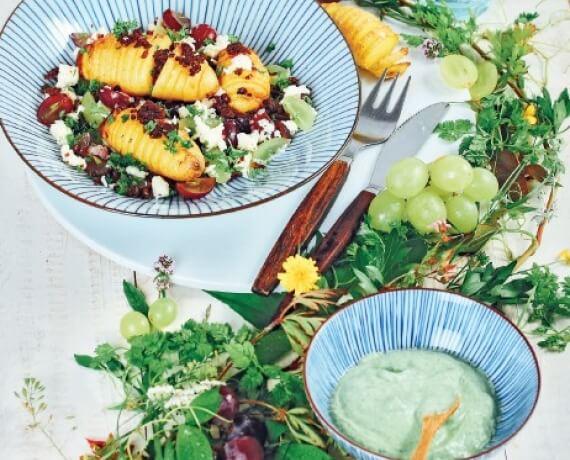 Gebackene Kartoffeln mit Trauben-Mozzarella-Salat und grüner Kräutersauce
