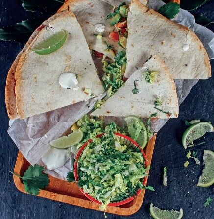Avocado-Quesadilla mit Bohnenmus und Salat in Limetten-Sauerrahm-Dressing