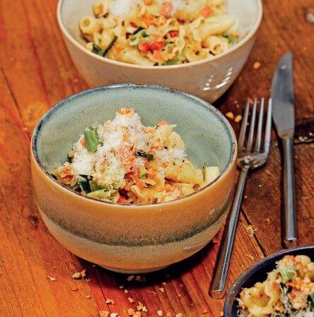 Cremige One-Pot-Pasta mit Pfifferling, Speck und Lauch