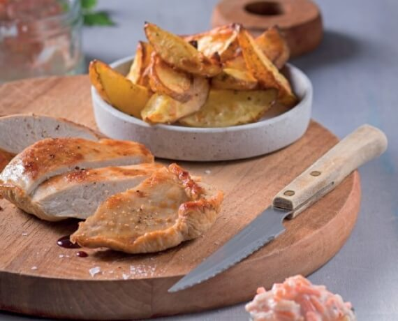 Putensteaks mit Kartoffelwedges und Karotten-Apfel-Quark