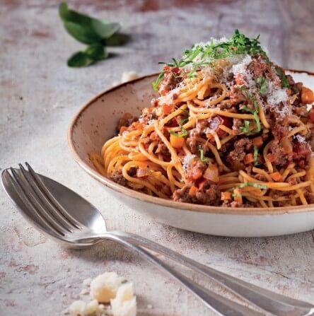 Spaghetti Bolognese mit Basilikum und Parmesan