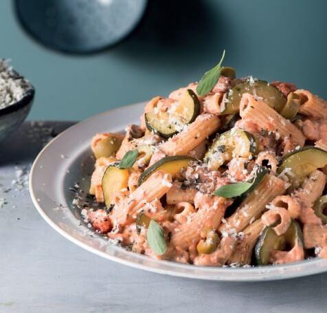 Macaroni mit Oliven-Tomaten-Soße und Oregano-Parmesan