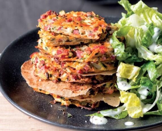 Schinken-Gemüse-Puffer an Romanasalat mit Joghurtdressing