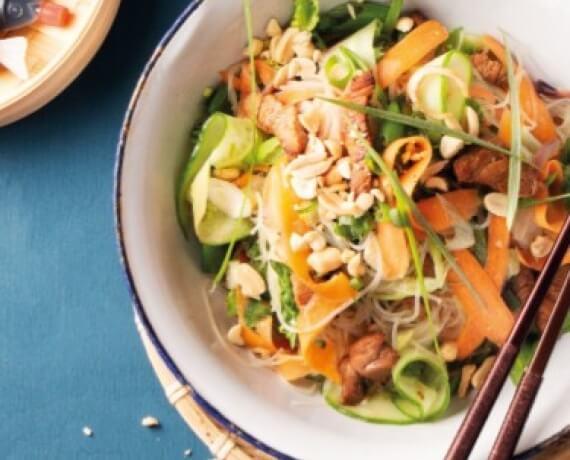 Ponzu-Schnitzelstreifen mit Glasnudelsalat, knackigem Gemüse und Erdnüssen