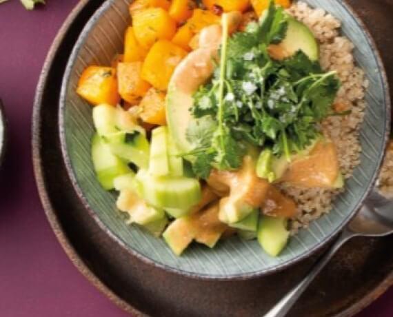 Hawaiianische Poke Bowl mit Quinoa, Kürbis, Avocado, Gurke und cremigem Erdnuss-Koriander-Ingwer-Dip