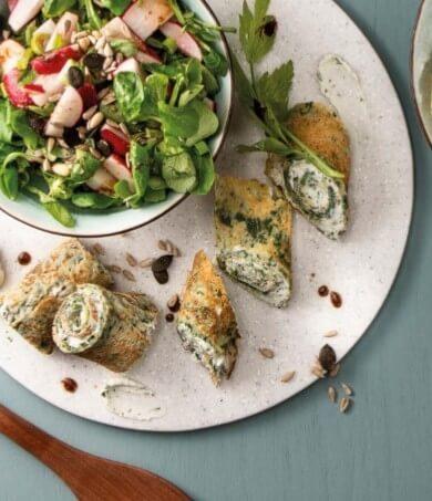 Spinatcrêpe mit Kräuterquark und Feldsalat mit knackigen Radieschen