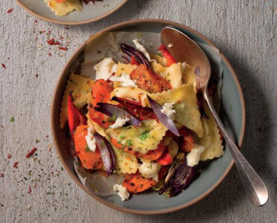 Ricotta-Spinat-Ravioli mit rotem Grillgemüse und Mozzarella