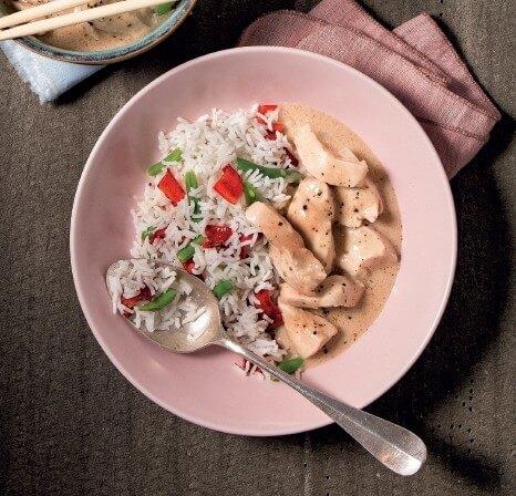 Kokos-Erdnuss-Hühnchen mit buntem Reis