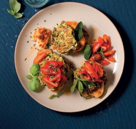 Zucchini-Pancakes mit gebratenem Halloumi und Tomaten-Minz-Salsa