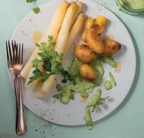 Weißer Spargel mit grüner Sauce und Drillingskartoffeln