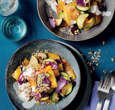 Zucchini-Pfanne mit Ravioli an Zitronen-Dip und gerösteten Kernen
