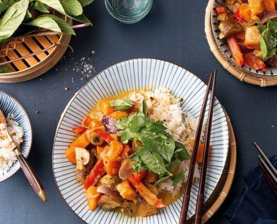 Thai-Curry mit Gemüse und Reis zu frischem Koriander