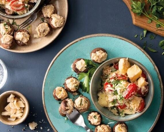 Gefüllte Champignons mit Ragout aus Kartoffeln und Tomaten