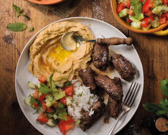 Petersilien-Minz-Köfte mit Hummus und Reis an Gurkensalat mit Tomaten
