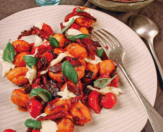Würzig in der Pfanne gebratene Gnocchi mit Chorizo, Tomaten und Mozarella