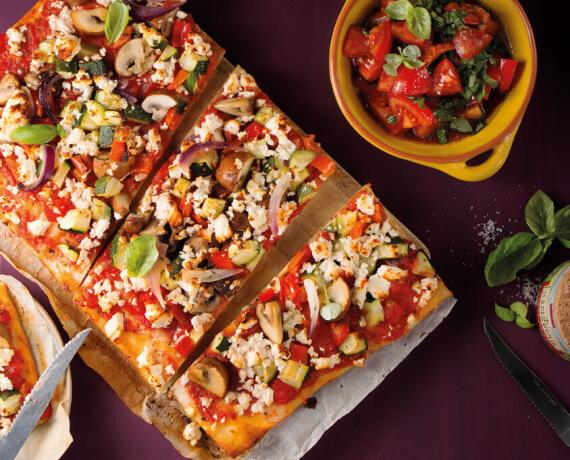 Pizza mit Anti-Pasti-Gemüse, Hirtenkäse und Tomatensalat