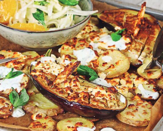 Gebackene Aubergine mit Feta-Käse zu Ofenkartoffel an Fenchel-Orangen-Salat
