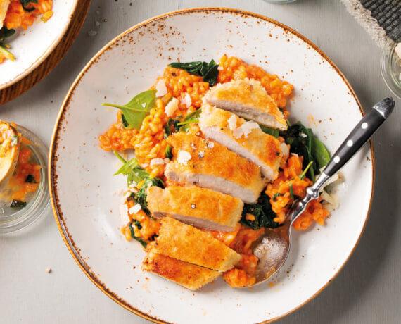 Parmesan-Schnitzel mit Tomaten-Risotto und jungem Spinat
