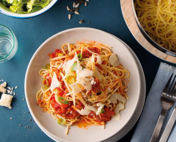 Spaghetti mit fruchtiger Apfel-Tomaten-Soße zu Parmesan und Salat mit Nüssen