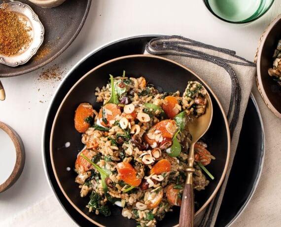 Persisch gewürzter Onepot-Reis mit Spinat, Karotte, Dattel und Haselnuss
