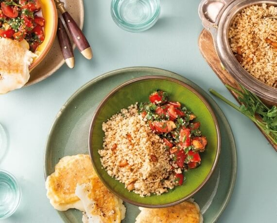 Gebackener Mozzarella mit Pinienkern-Couscous und Tomaten-Salat