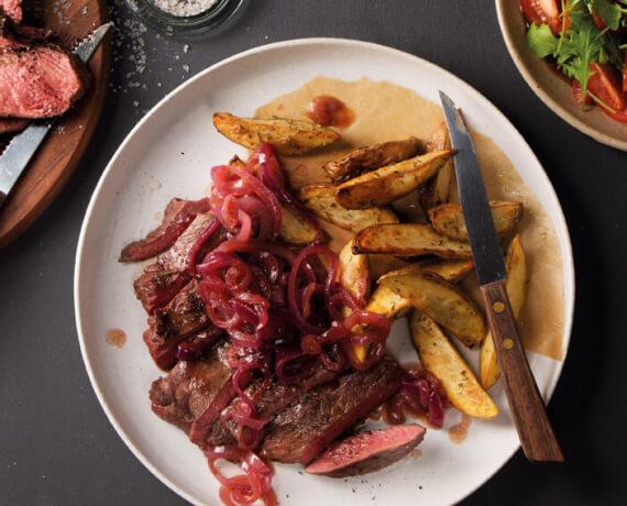 Steak vom Rind mit geschmorten Balsamico-Zwiebeln an Rosmarin-Kartoffeln