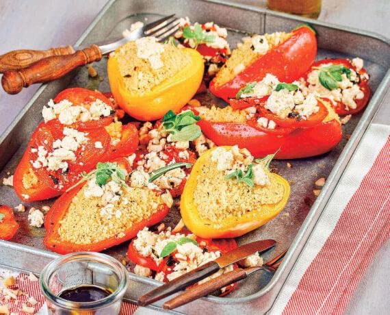 Mit Couscous gefüllte Paprika mit Feta auf Oregano-Tomaten