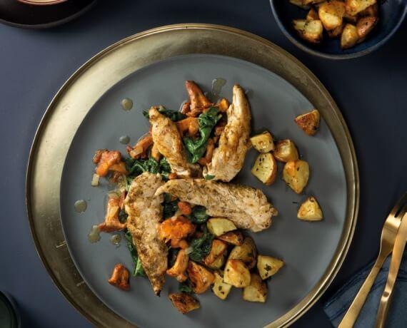 Filet vom Hähnchen mit Rosmarin gewürzten Kartoffeln an Spinat mit Pfifferlingen aus der Pfanne