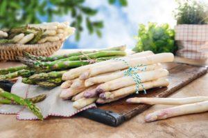 Kann man grünen oder weißen Spargel auch roh essen?