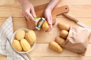 Rohe Kartoffeln schälen – mit dem Messer oder Sparschäler?
