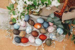 Eier färben mit natürlichen Lebensmitteln