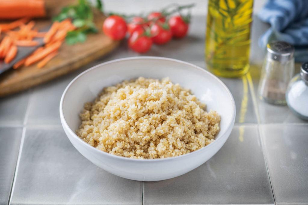 Warum und wie sollte man Quinoa vor dem Kochen waschen?