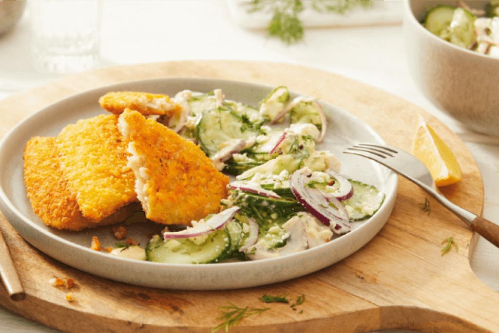 Gurkensalat mit Joghurt-Dill-Dressing und Vemondo Cornflakes Schnitzel